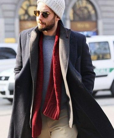мужчина с красным шарфом